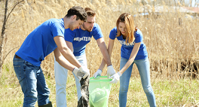 Volunteers working for a cleaner environment